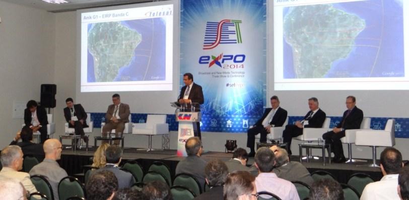 Palestra reuniu representantes de seis empresas do setor. Da esquerda para a direita: J .R. Cristovam (SET/UNISAT), Elói Stivaletti (EUTELSAT), José Édio Gomes (HISPAMAR), Romildo Lucas (TELESAT Brasil), Estevão Ghizoni (INTELSAT), Jurandir Pitsch (SES) e Lincoln A. Oliveira (EMBRATEL Star One).