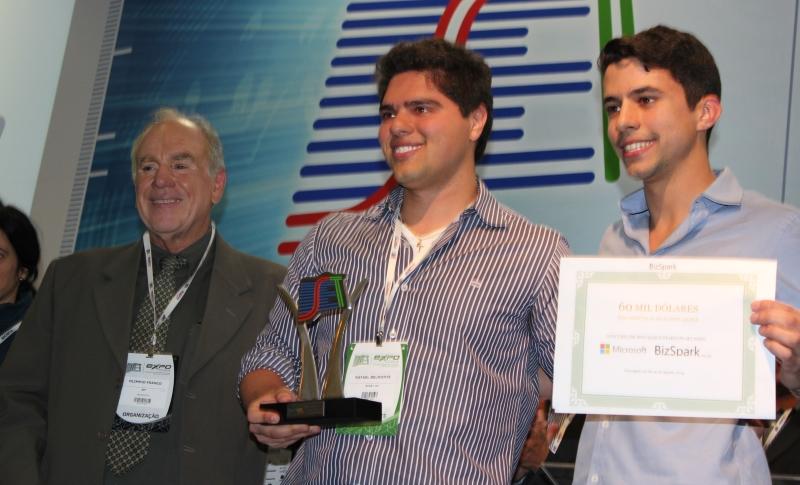 Os sócios da Start Up Farm, Rafael Belmonte e Daniel Arcoverde, recebem o prêmio das mãos do presidente da SET, Olímpio Franco